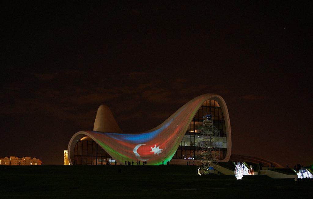 Центр Гейдара Алиева в Баку ночью